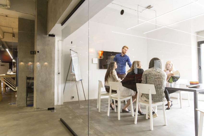 Devops team werkt in kantoor