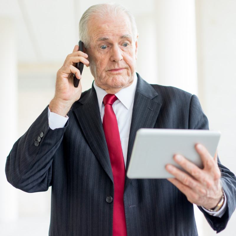 CEO kijkt verbaasd naar tablet