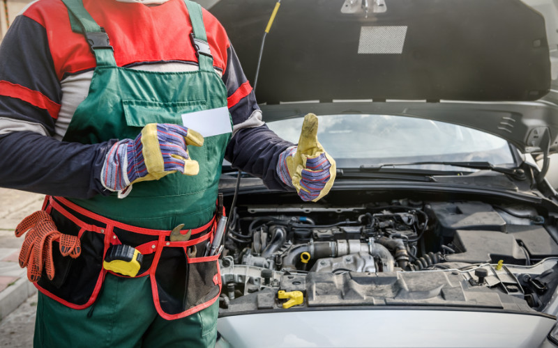 Auto-monteur steekt duimen op