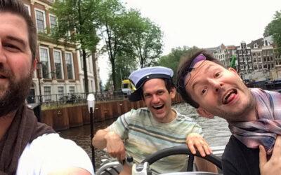 Teamsfeer op het water van Amsterdam